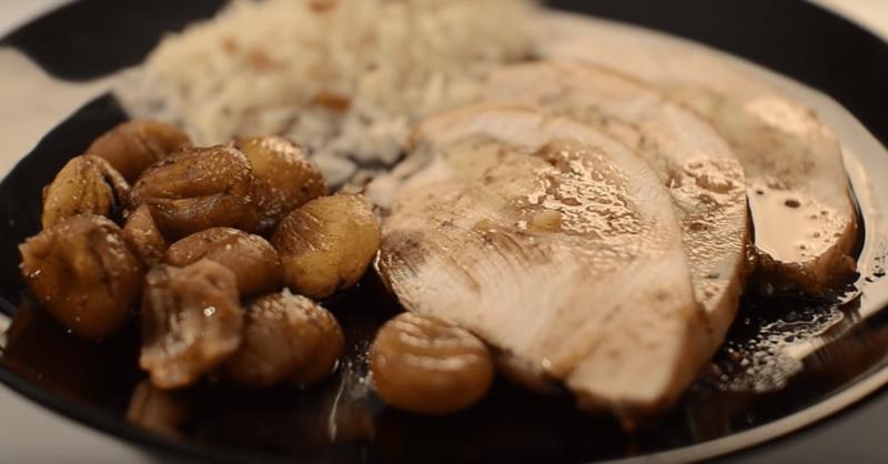 Peito de peru recheado de maçã e castanhas e perfumado com jeropiga