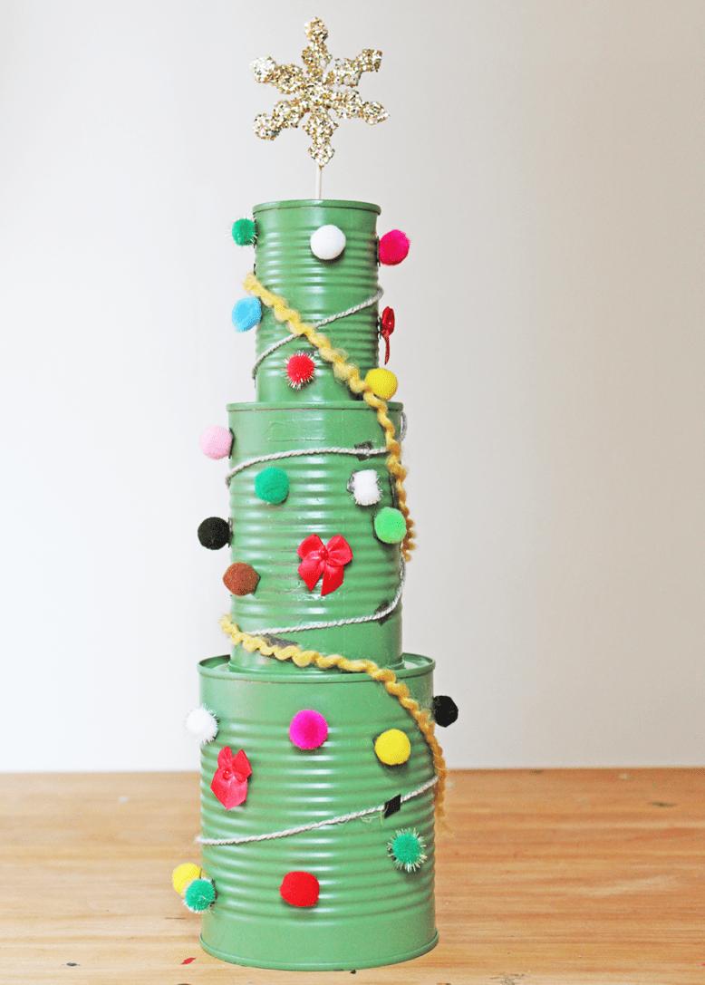 árvore de natal com latas