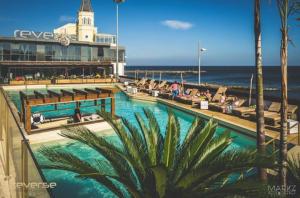 8 Piscinas para toda a Família em Lisboa: reverse pool and beach lounge tamariz