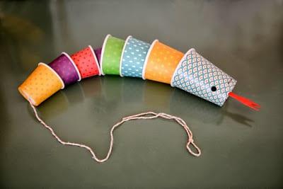 Cobra feita a partir de copos descartáveis