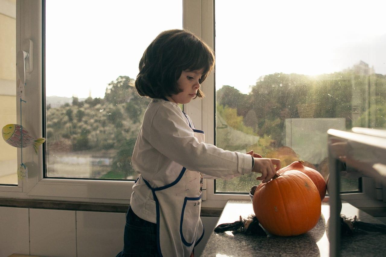 Como esculpir abóboras para o Halloween? Leonor a esculpir uma abóbora
