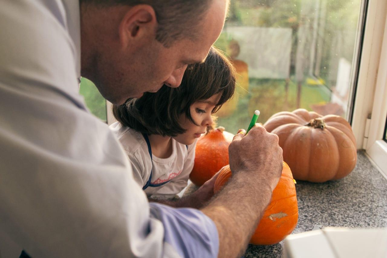 Como esculpir abóboras para o Halloween? Frank e Leonor a esculpir uma abóbora