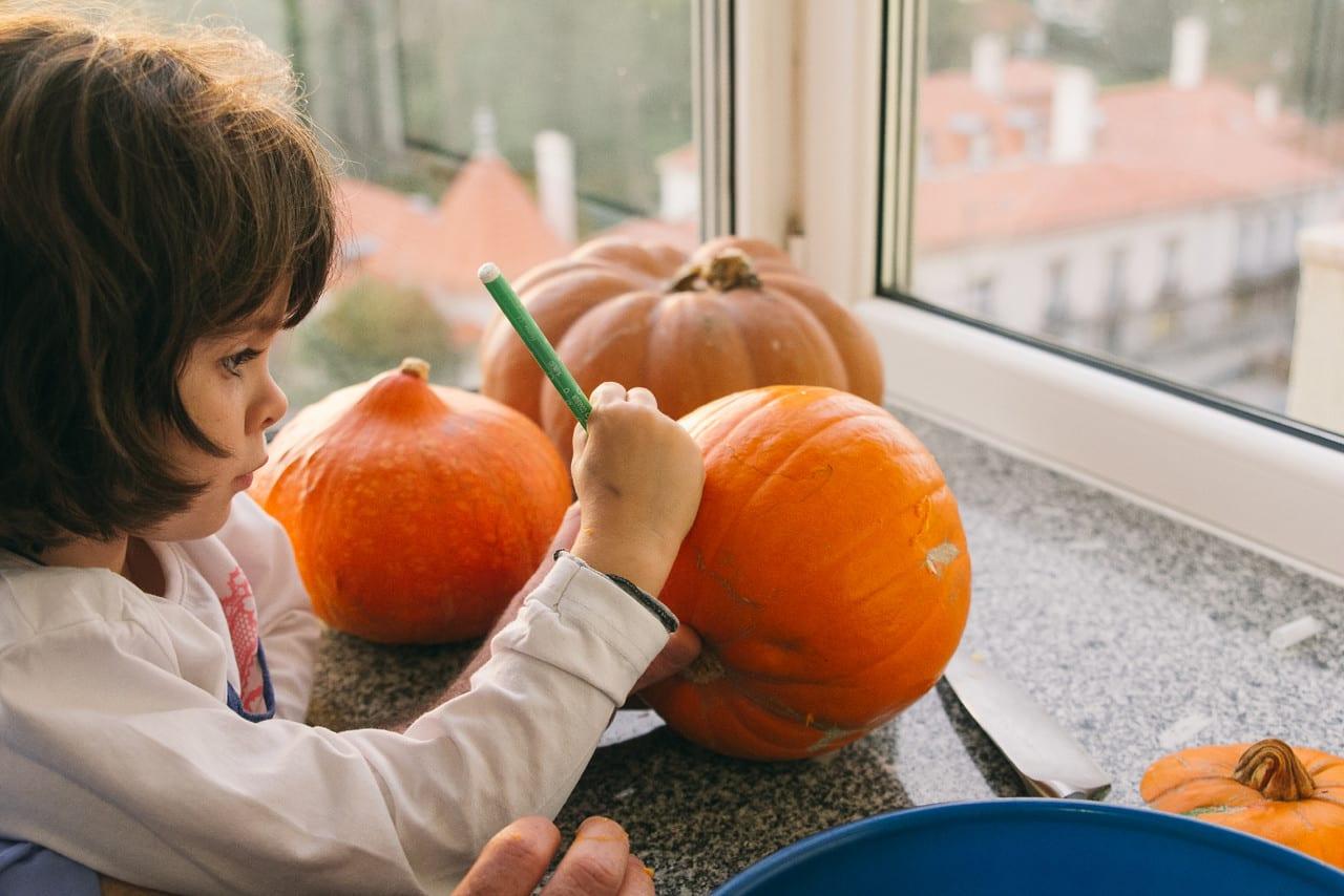 Como esculpir abóboras para o Halloween? Leonor a pintar uma abóbora