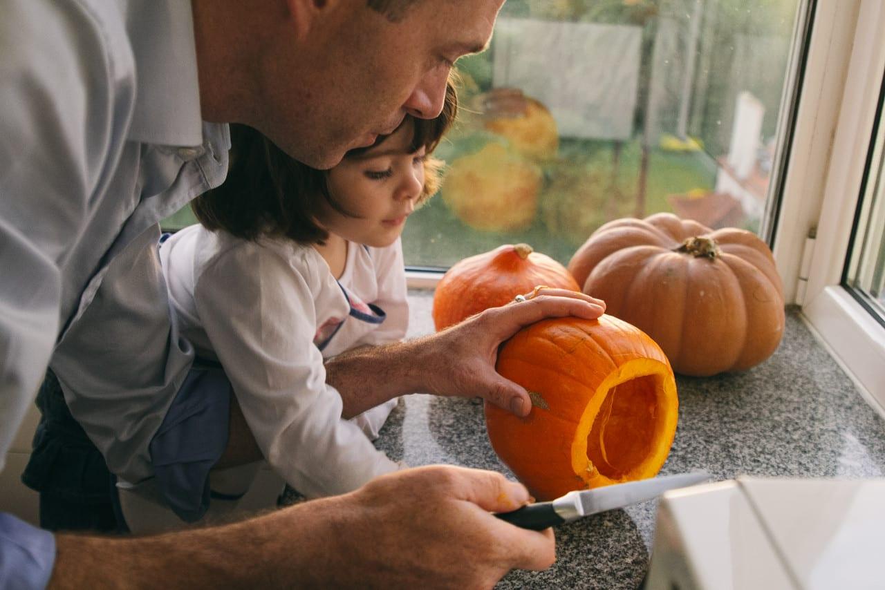 Como esculpir abóboras para o Halloween? Frank e Leonor a cortar uma abóbora