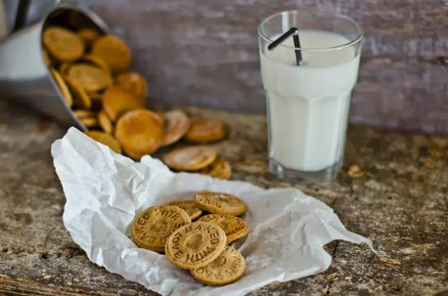 bolachas de castanha no papel e leite