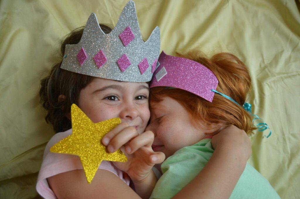como fazer coroas de princesa e chapéus de cowboy e de piratas