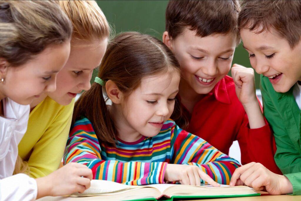 Conheca as melhores escolas miúdos aprenderem línguas