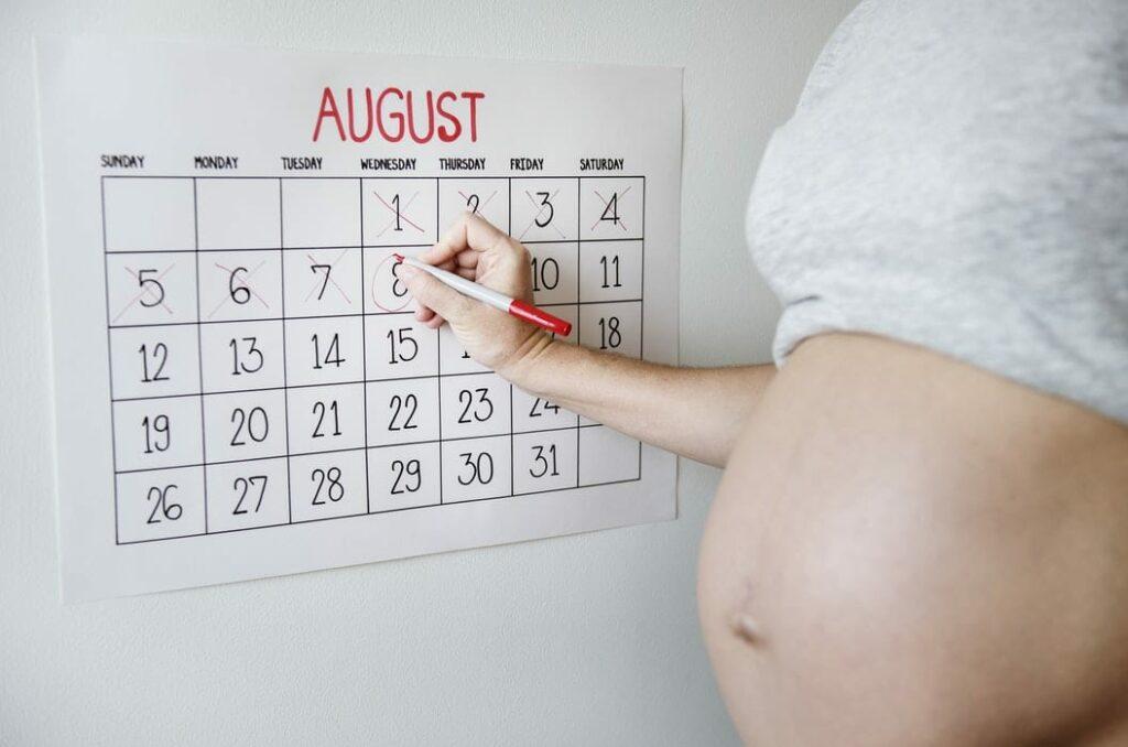 prematuridade - Foto Unsplash - mulher grávida a contar os dias da gestação num calendário