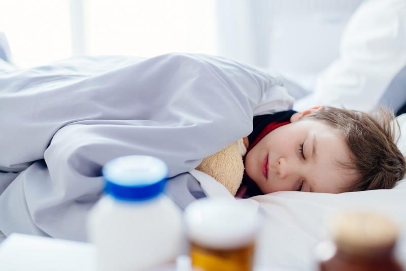 criança doente a dormir