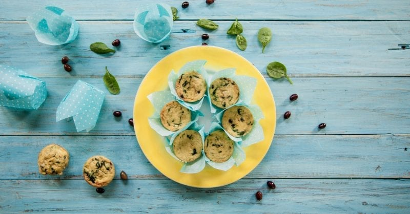 Queques de bacalhau com grão-de-bico, espinafres e azeitonas