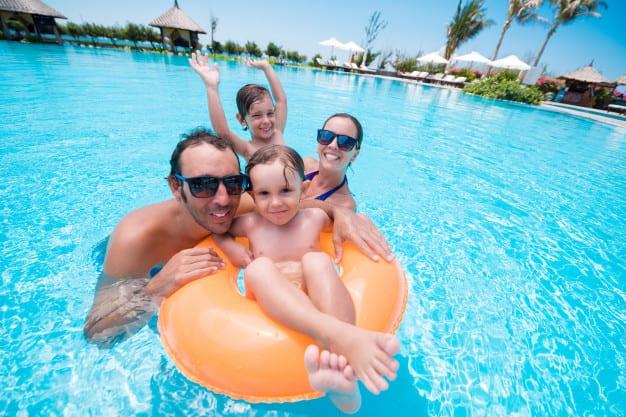 familia piscina