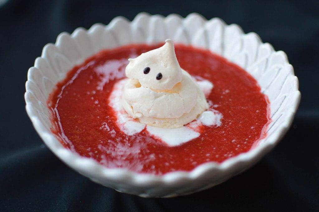 Receita de Halloween - fantasma de suspiro em banho de sangue de morango
