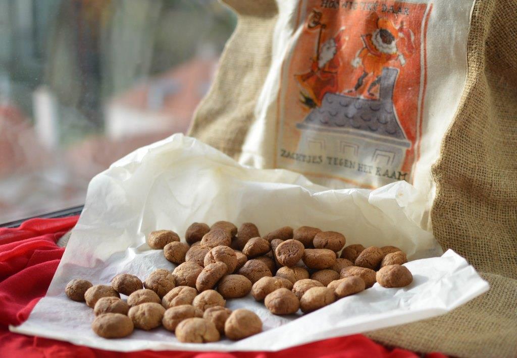 Pepernoten: biscoitos holandeses celebrar Sinterklaasavond