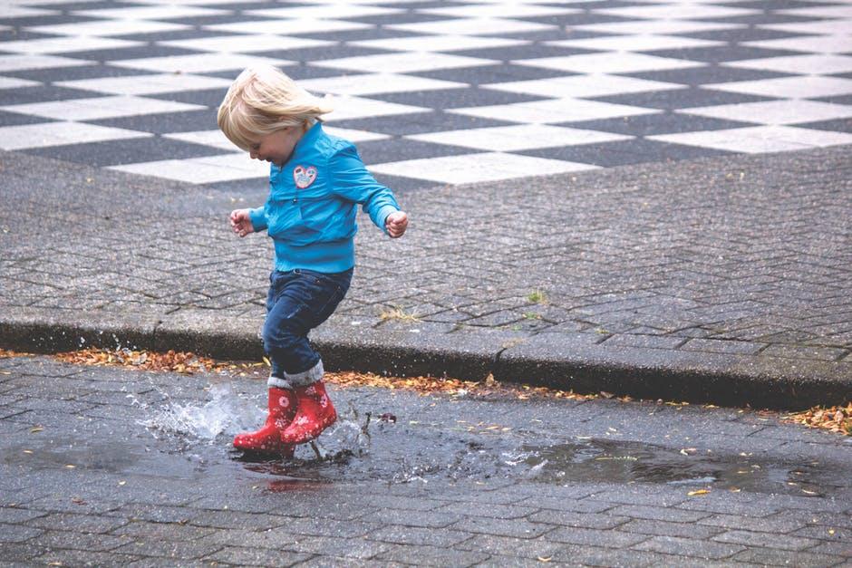 Ideias para fazer com os miúdos no Inverno (sem ecrãs!): Brincadeiras e saltos na rua