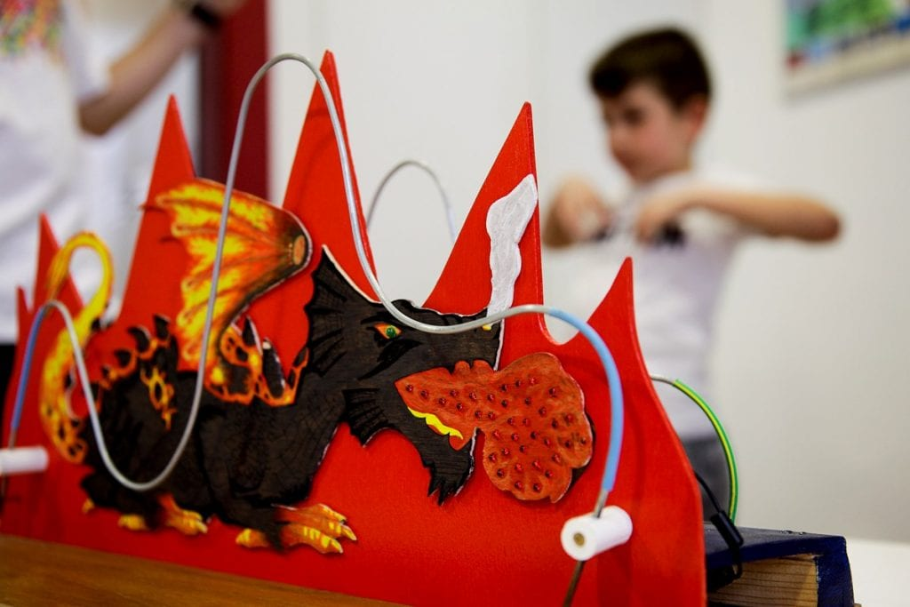 Oficina Não acordes o dragao-atelier divertido electricidade maat