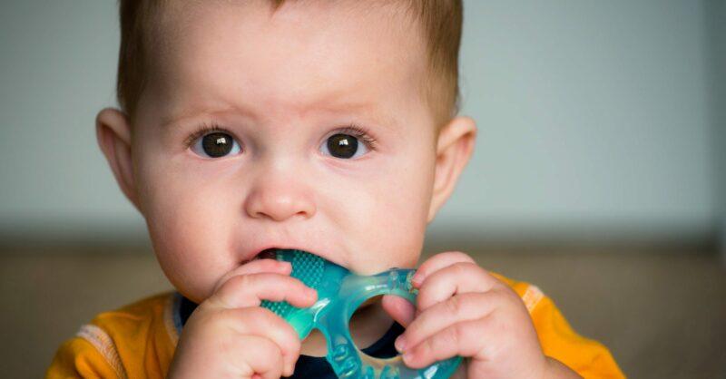 Nascimento dos dentes de leite: sintomas e soluções