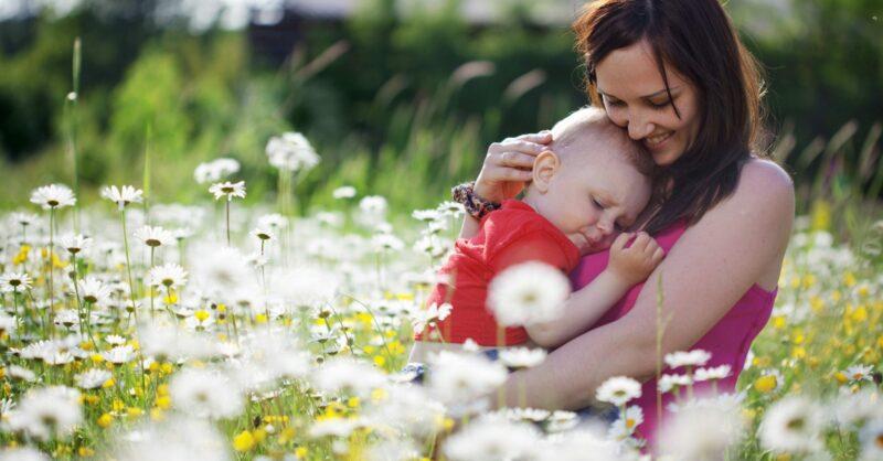bebé em contacto com a natureza