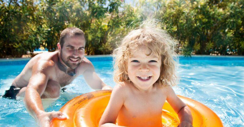 Jogos na água em família – divirtam-se com as crianças na praia ou na piscina