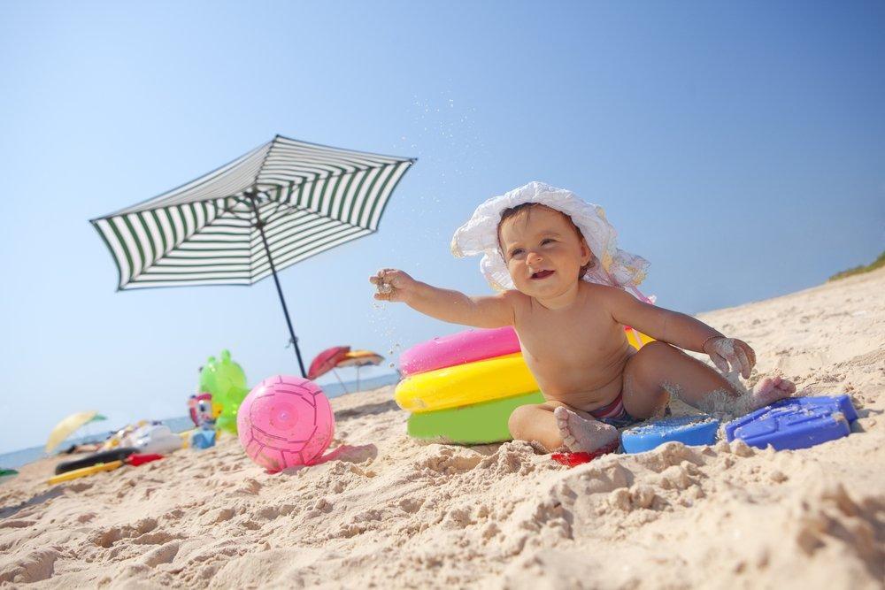 bebé na praia
