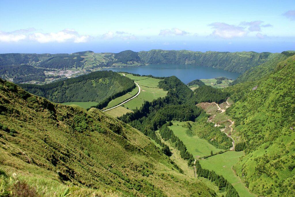Miradouro_da_Boca_do_Inferno,_Lagoa_das_Sete_Cidades,_ilha_de_São_Miguel,_Açores