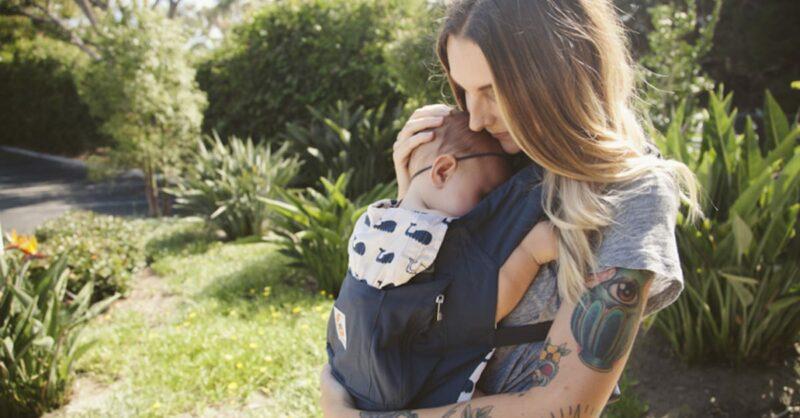 Babywearing: quais as vantagens e como adotar esta prática