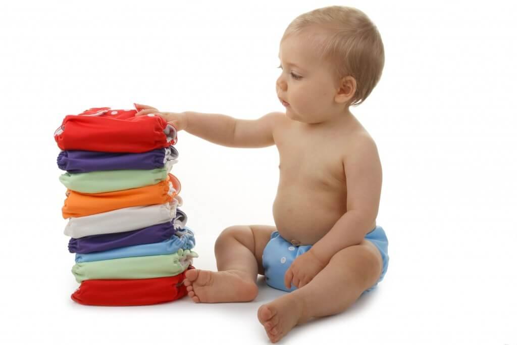 fraldas reutilizáveis bebe sentado