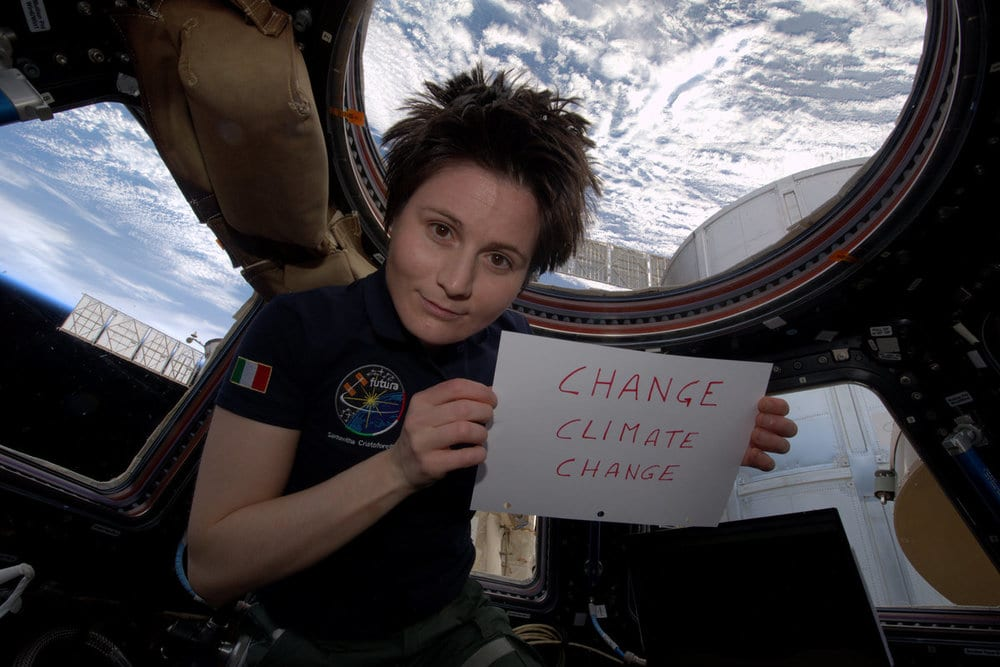 Hora do Planeta - Italian astronaut Samantha Cristoforetti holds up a sign for Earth Hour 2015