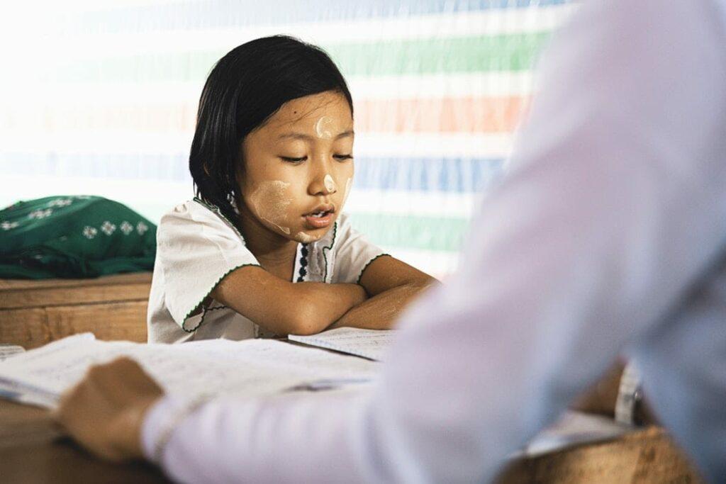 hiperatividade na escola - Foto Peter Hershey Unsplash - professor a ajudar menina