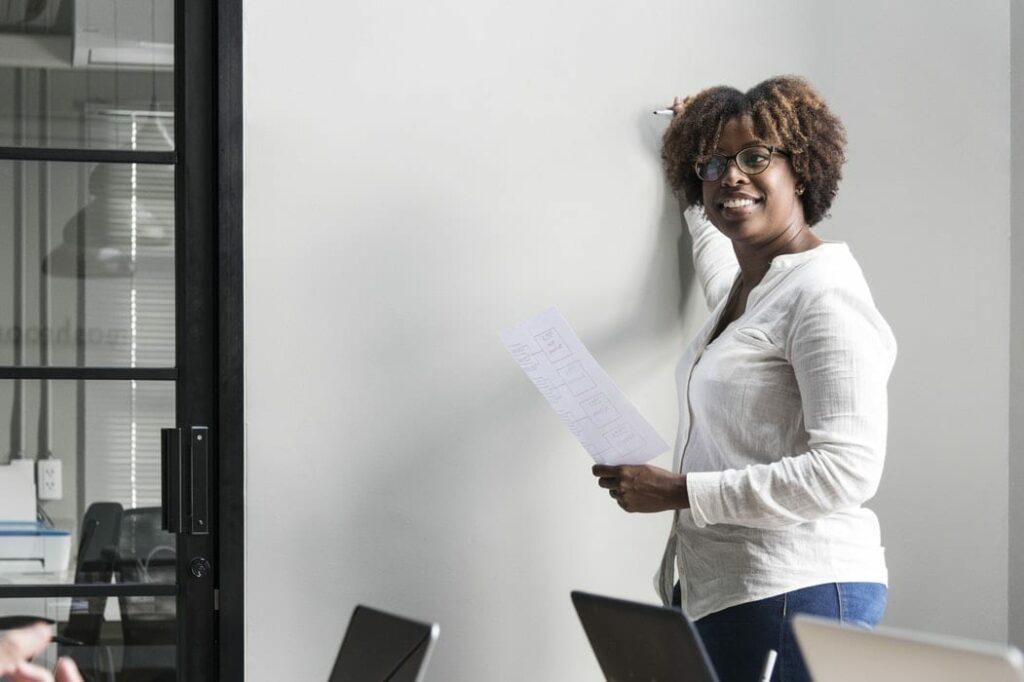 hiperatividade na escola - Foto Unsplash - professora prestes a escrever no quadro