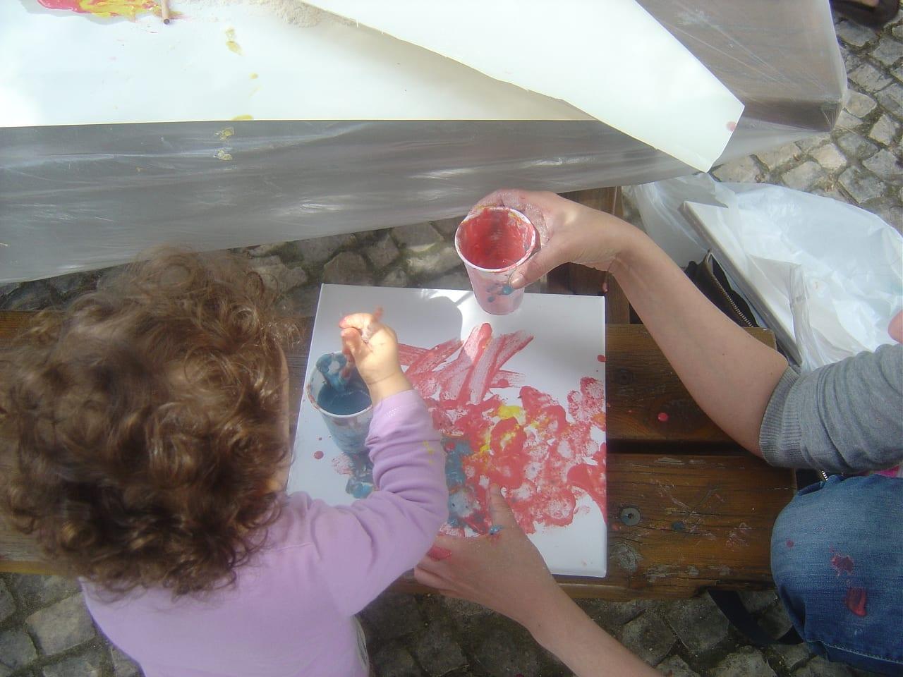 Atividade para bebés no jardim da sorrisos e descobertas 6 meses Vamos ao jardim brincar, pintar, sujar!