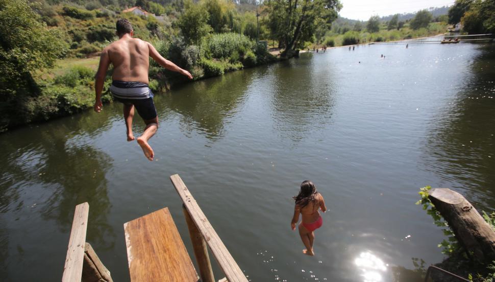 PRAIA FLUVIAL DA BOGUEIRA - pessoa a saltar da plataforma de saltos