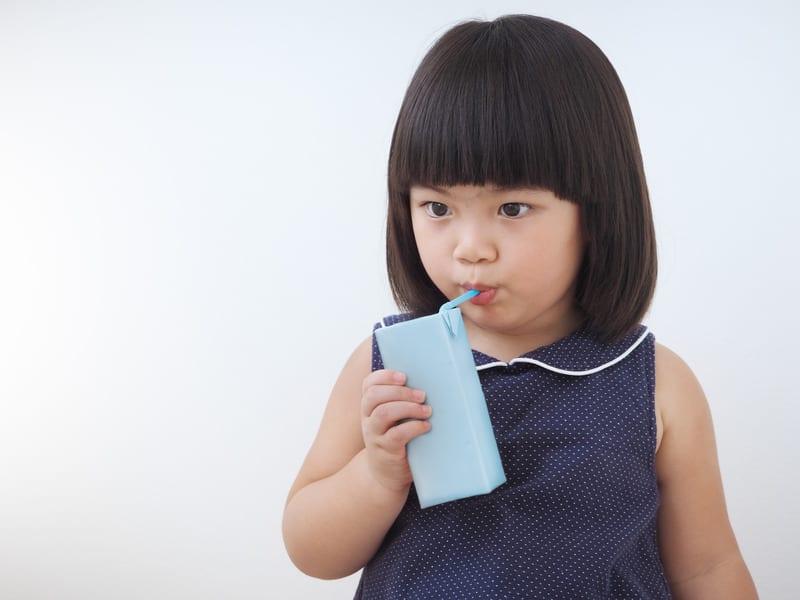 criança a beber leite