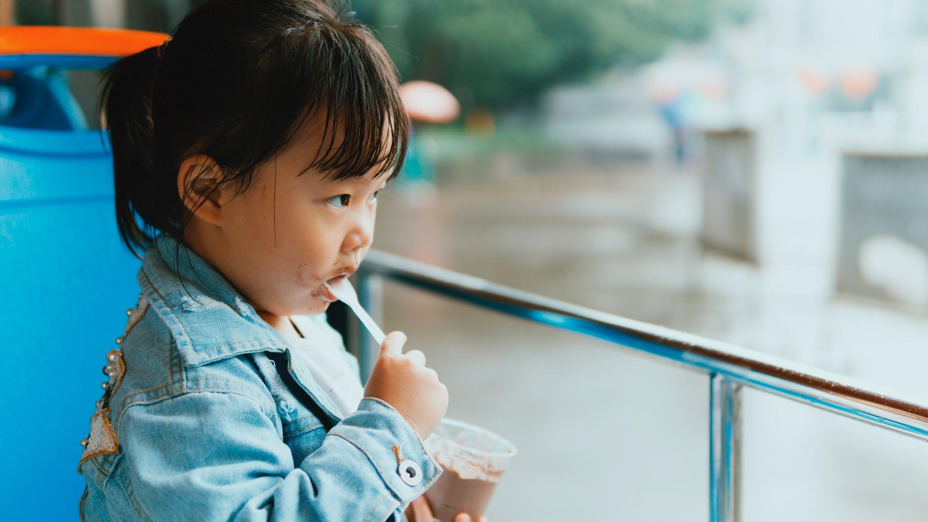 crianças tristes comem demais1(Pexels)