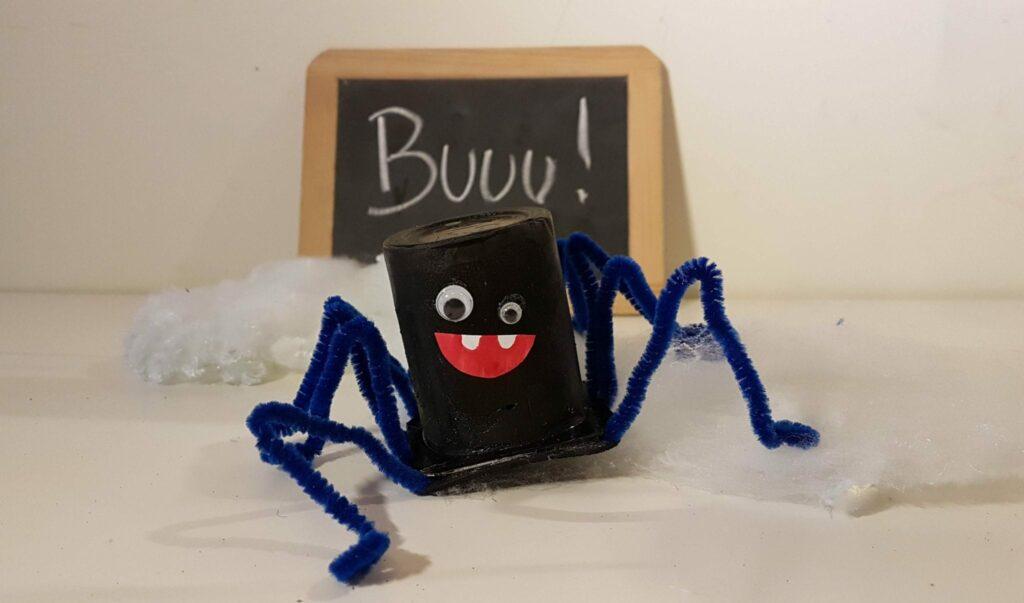 trabalhos manuais embalagens de iogurte halloween aranha resultado final