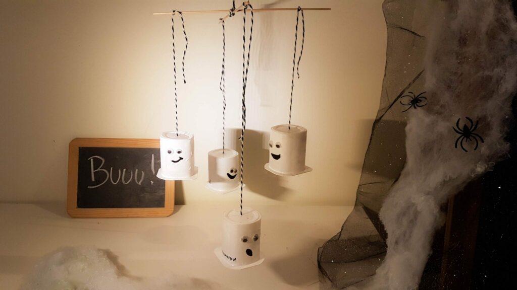 trabalhos manuais embalagens de iogurte halloween mobile de fantasmas