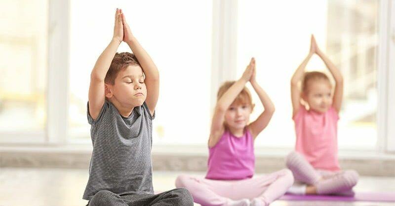 benefícios do yoga - foto Pediatric Surgical Associates- crianças a fazer yoga