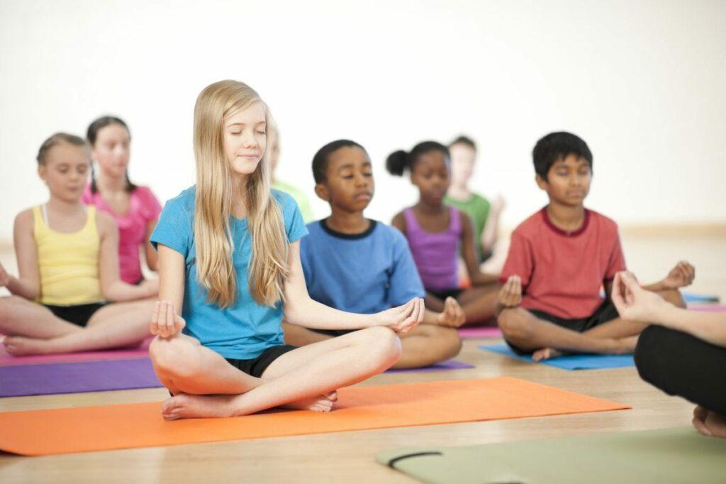 benefícios do yoga - foto Active For Life - crianças a meditar