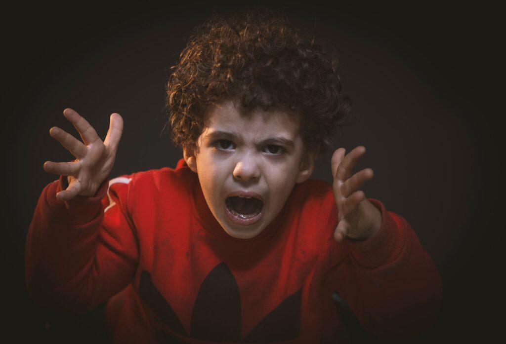 como acalmar as crianças depois de uma zanga com os pais - Foto Mohammed Abdelgaffar Pexels - miúdo zangado