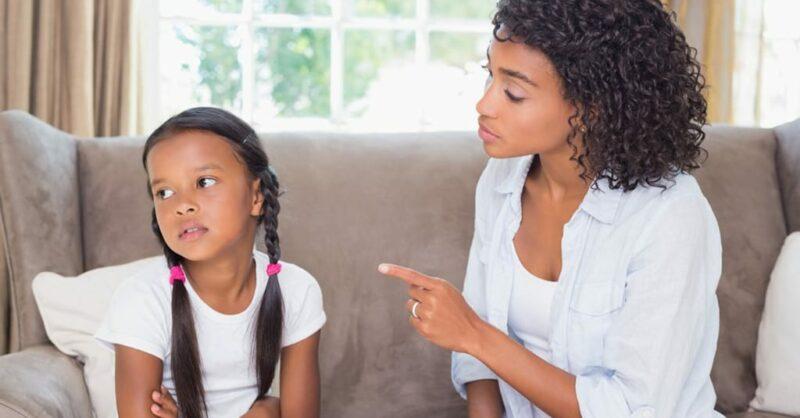 como acalmar as crianças depois de uma zanga com os pais - mulher a ralhar com a filha