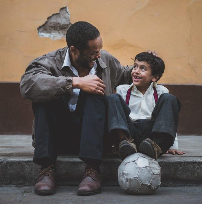 como-impedir-as-criancas-de-meter-tudo-na-boca - unsplash - Foto Sebastián León Prado - pai e filho