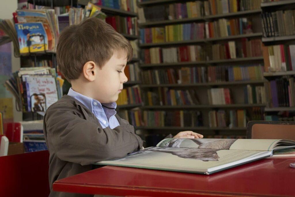 défice de atenção - foto Unsplash - menino a ver uma história