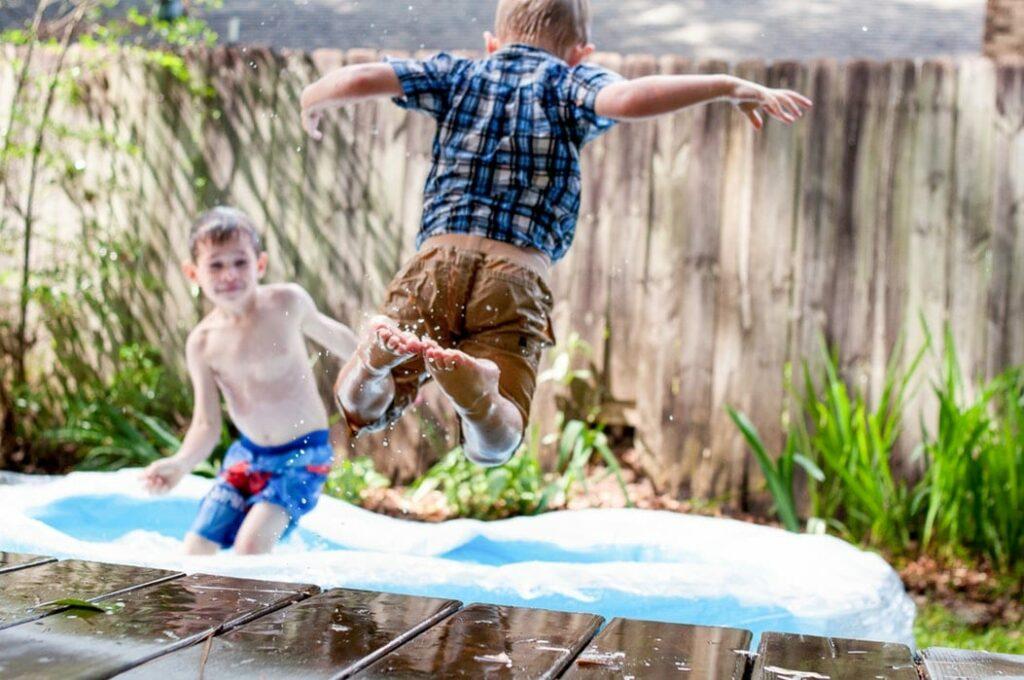 hiperatividade - foto unsplash - dois meninos a brincarem