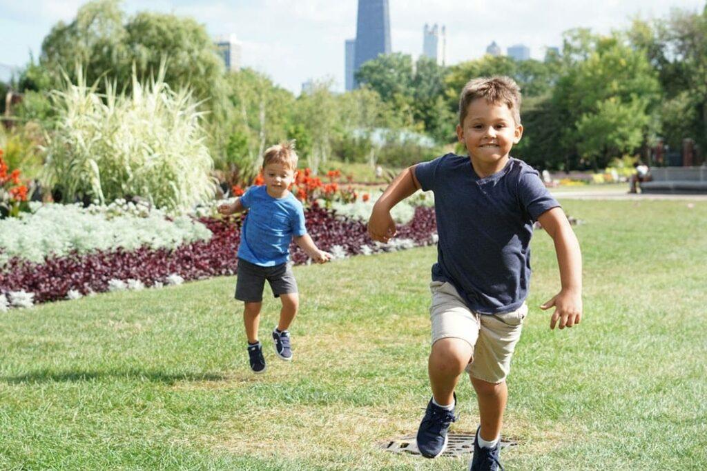 hiperatividade - foto unsplash - dois meninos a correrem
