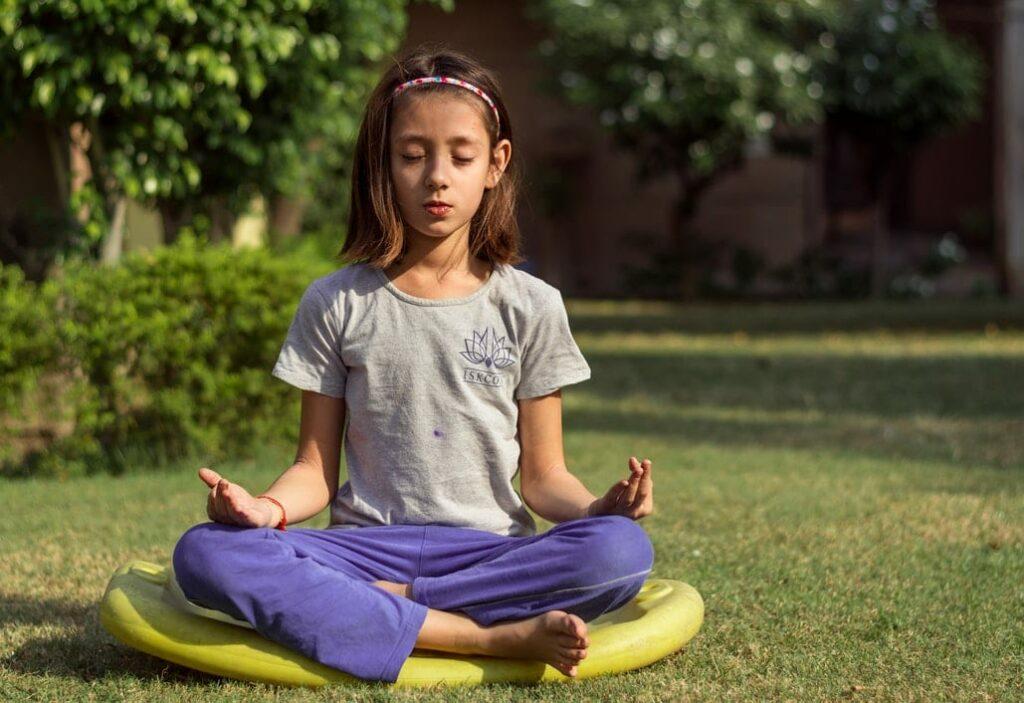 hiperatividade menina a meditar