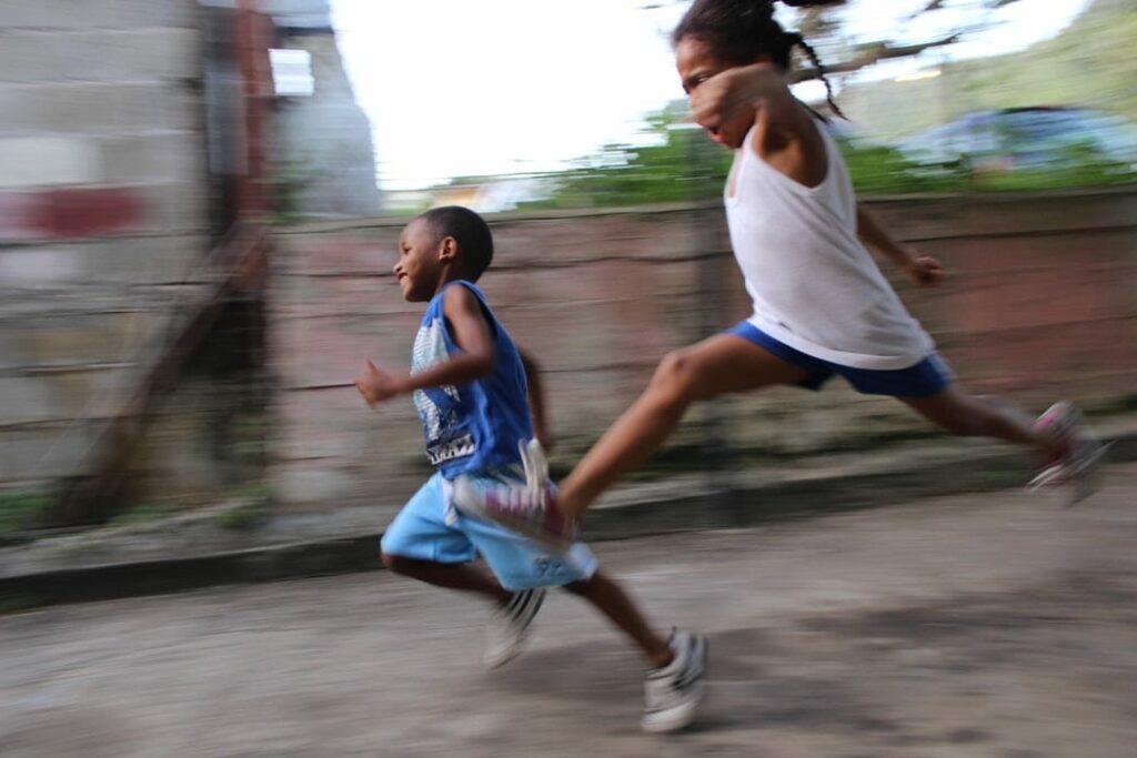 hiperatividade - foto unsplash - miúdos a brincar e a correr
