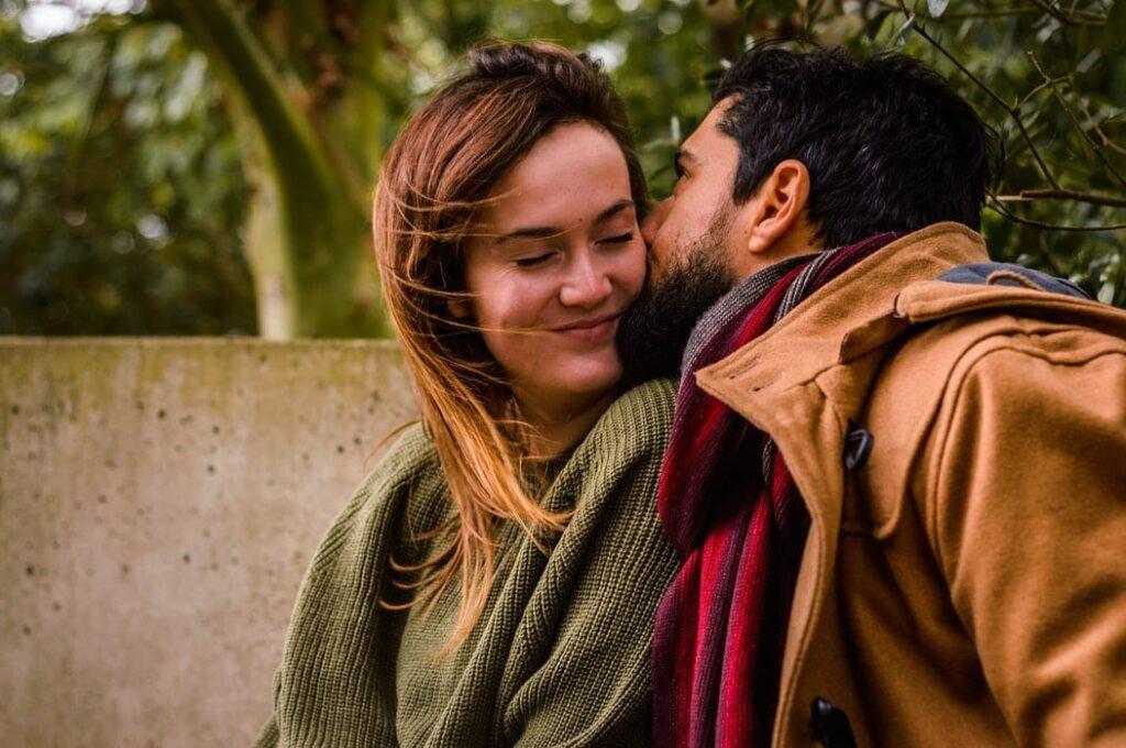 sexo pós-parto - foto de um casal apaixonado a trocar carinhos- Foto Unsplash