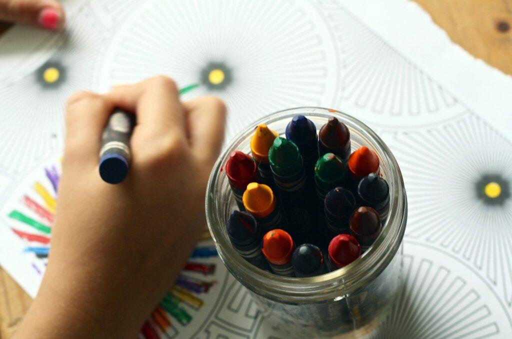 criatividade na sala de aula - menino ou menina a pintar