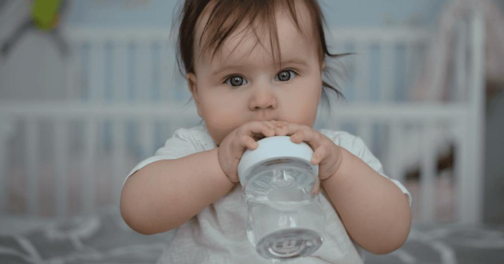bebé deve beber água