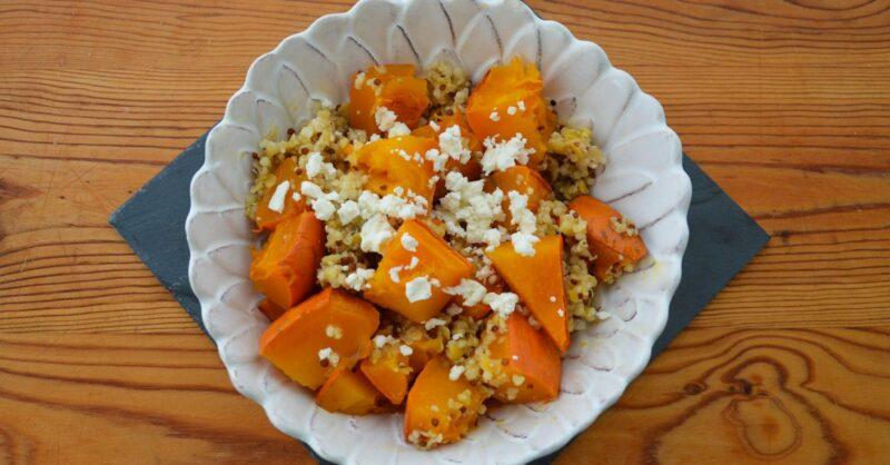 Receita de salada de abóbora, quinoa, lentilhas e queijo feta