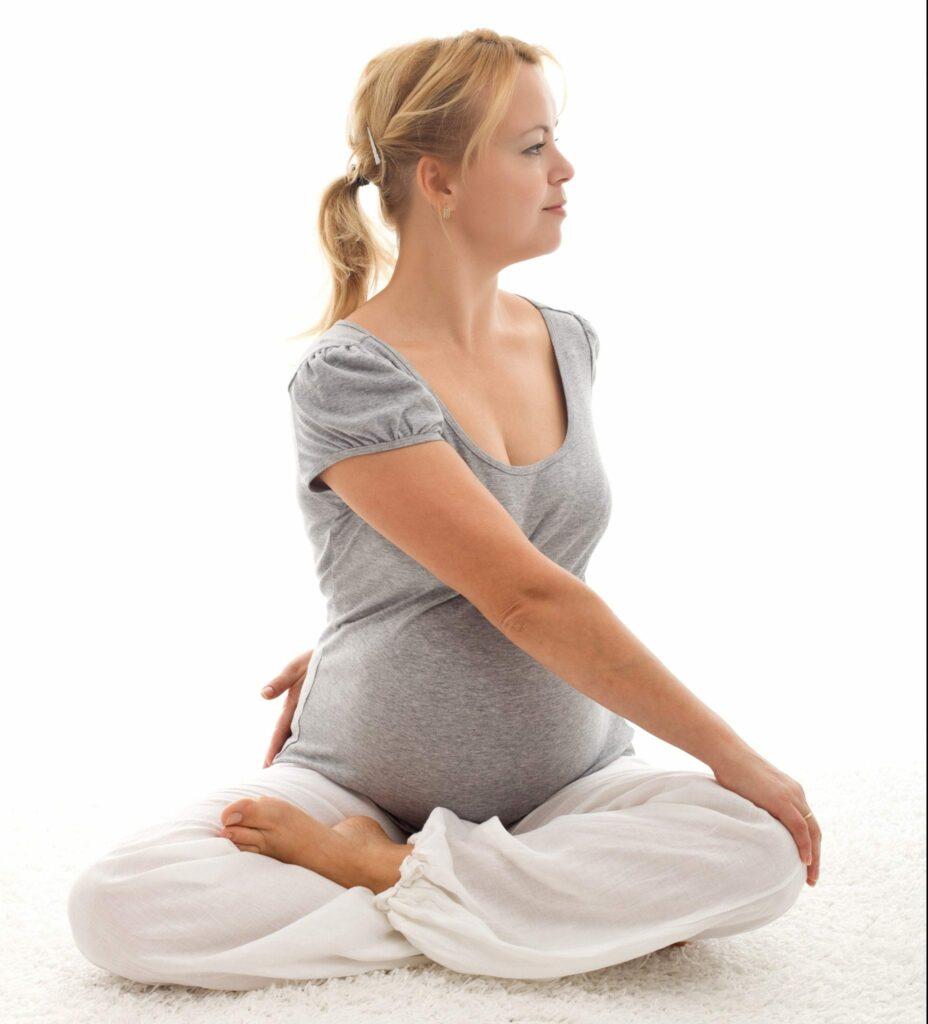 dores nas costas na gravidez - torso twist - adobe stock (10 imgs gratuitas)